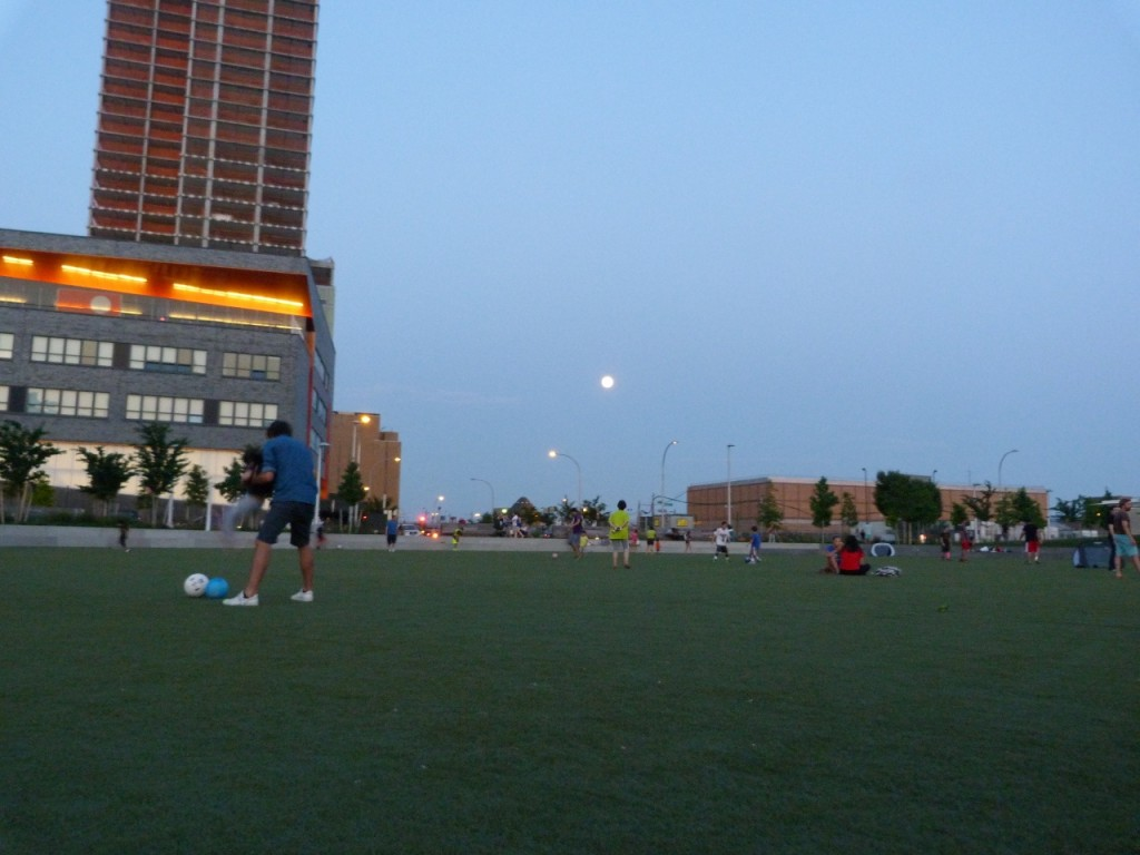 Futbol by the light of the moon